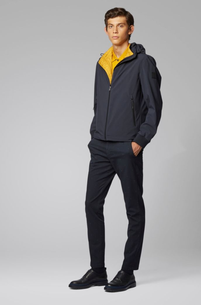 Slim-Fit Chino aus elastischer Baumwoll-Gabardine mit Monogramm-Muster
