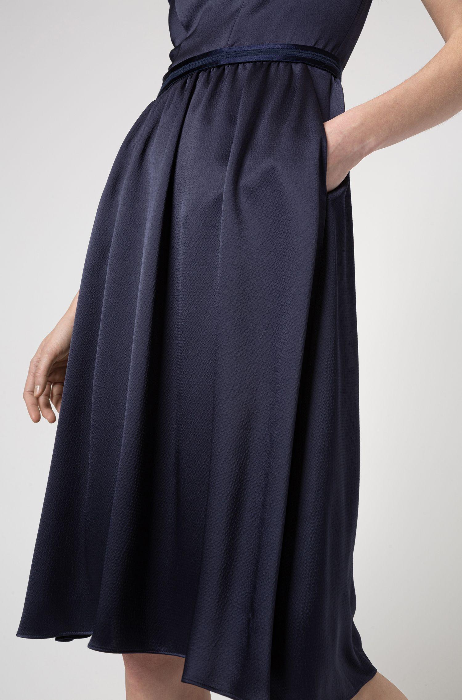 Robe évasée en crêpe martelé à ceinture contrastante, Bleu