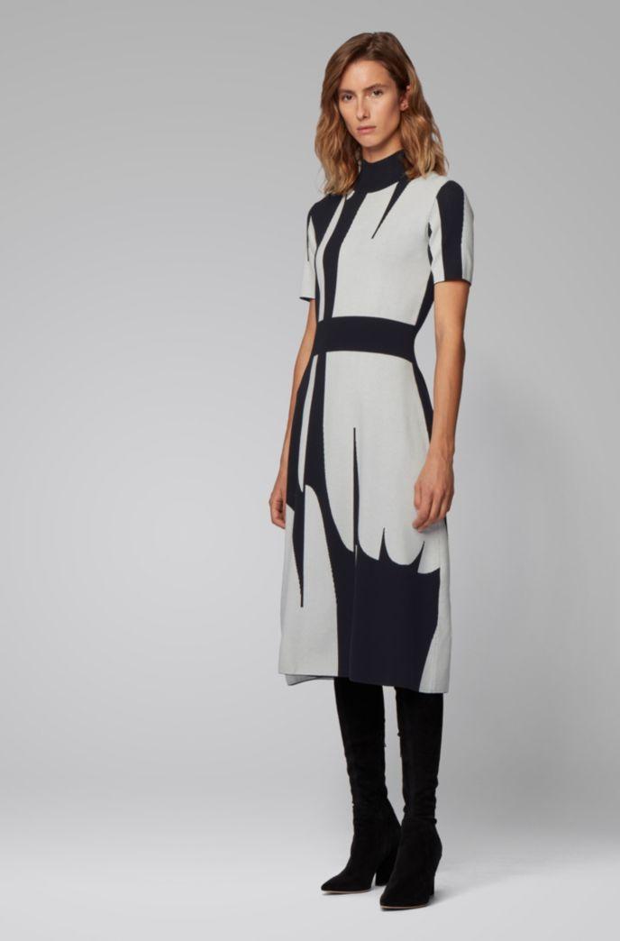 Robe en maille à col montant, ornée d'un motif abstrait