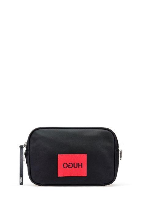 Umhängetasche aus Nylon-Gabardine mit spiegelverkehrtem Logo-Aufnäher, Schwarz