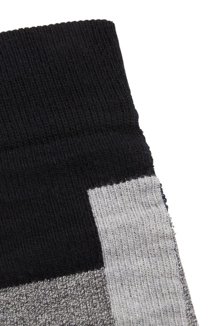 Hohe Socken aus geripptem, elastischem Woll-Mix mit Baumwolle und Kontrast-Vierecken
