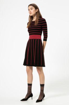 Vestido De Punto Con Detalles De Color Llamativo Y Falda Acampanada