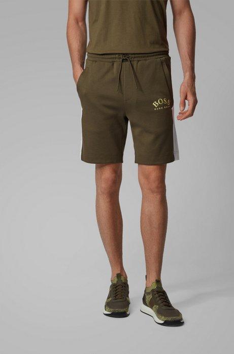 Short Slim Fit à détails contrastants et logo incurvé, Vert sombre