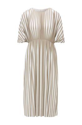 Kleid aus zweifarbigem Plissee-Jersey mit Empire-Taille, Gemustert