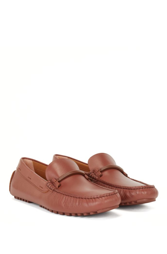 Driver-sole moccasins in leather with coloured-metal hardware
