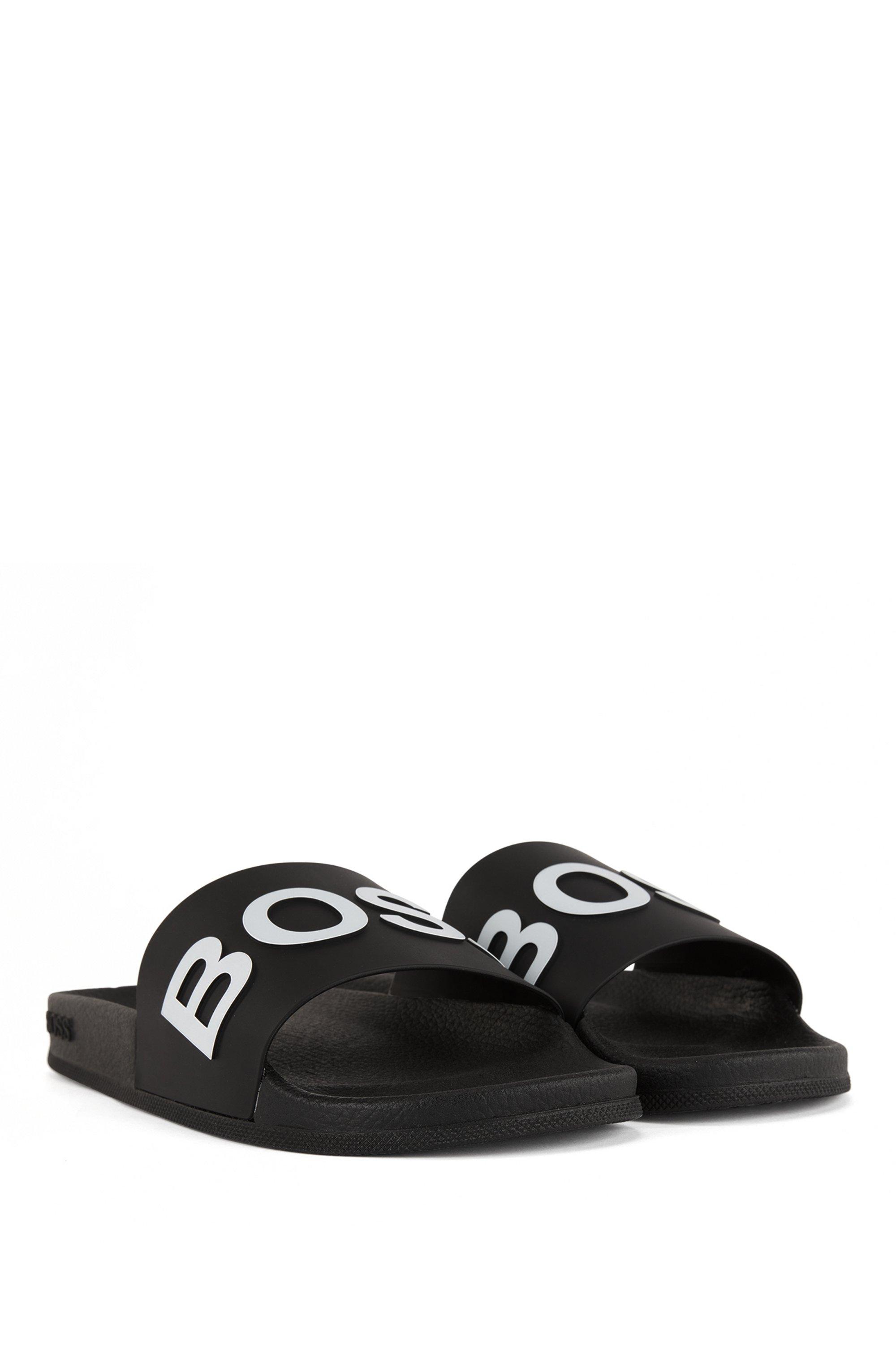 In Italië vervaardigde slippers met logoband met gevormde zool
