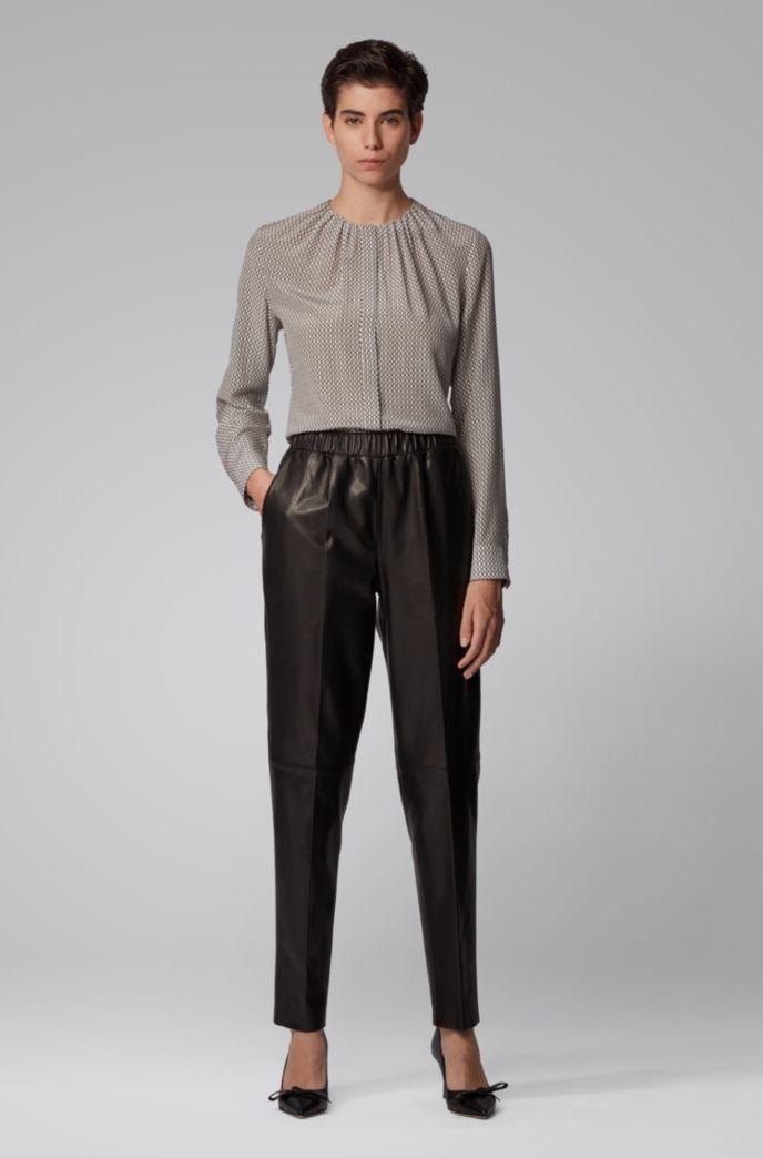 Kragenlose Regular-Fit Bluse aus Seide mit Monogramm-Print