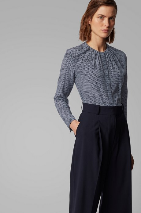 Kragenlose Regular-Fit Bluse aus Seide mit Monogramm-Print, Gemustert