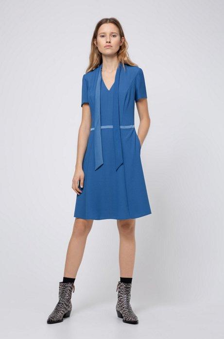 Robe en crêpe avec lavallière et détail à la taille, Bleu