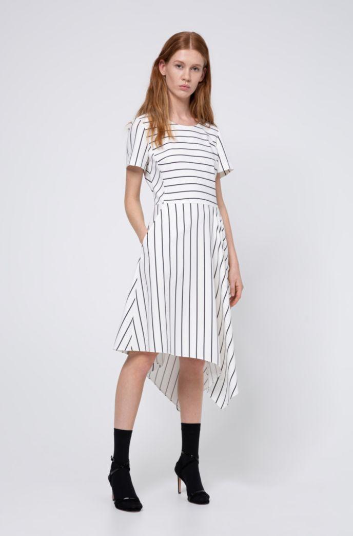 Gestreiftes Kleid mit asymmetrischem Saum und Reißverschluss hinten
