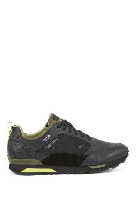 Sneakers aus verschiedenen Materialien mit kontrastfarbenen Details, Schwarz