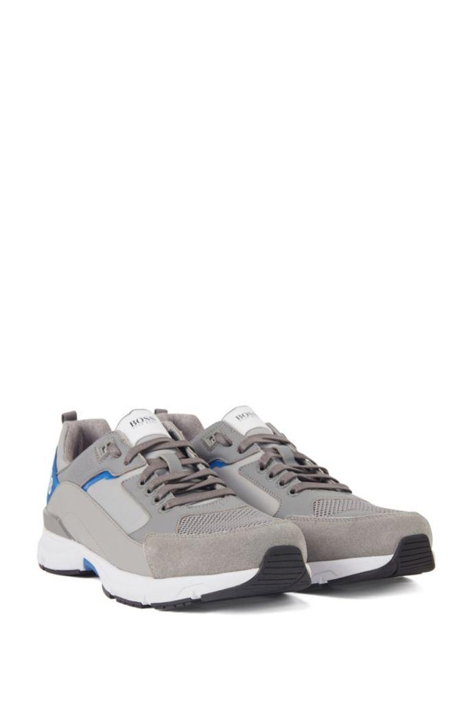Sneakers aus verschiedenen Materialien mit Logo-Webriemen