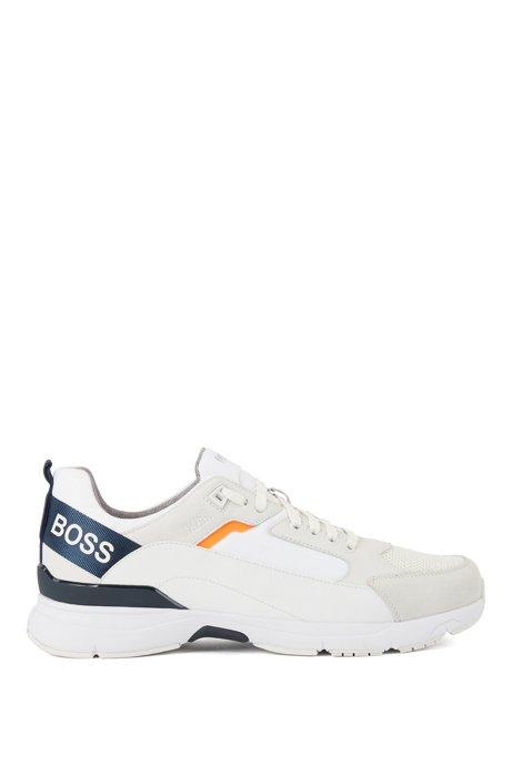 Sneakers aus verschiedenen Materialien mit Logo-Webriemen, Weiß