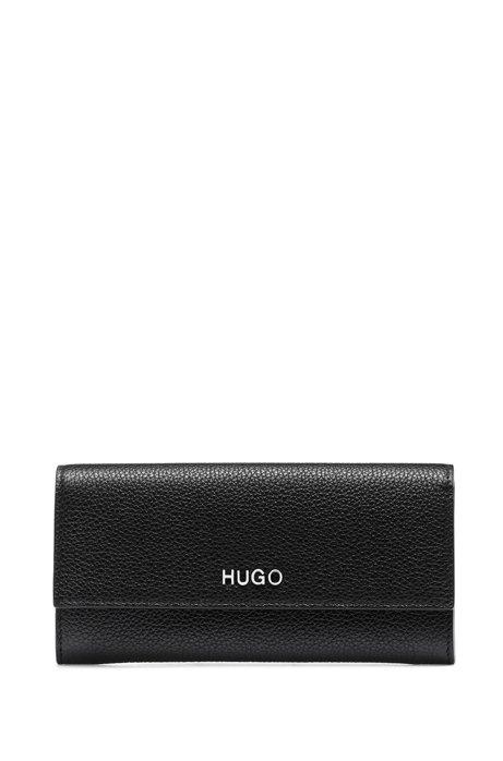 Geldbörse aus genarbtem Leder im Querformat mit metallenen Logo-Details, Schwarz