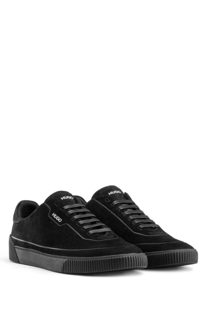 Sneakers aus Nubukleder im Tennisschuh-Stil mit tonaler Sohle und Schnürsenkeln