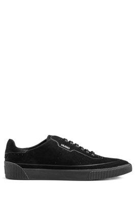 Sneakers aus Nubukleder im Tennisschuh-Stil mit tonaler Sohle und Schnürsenkeln, Schwarz