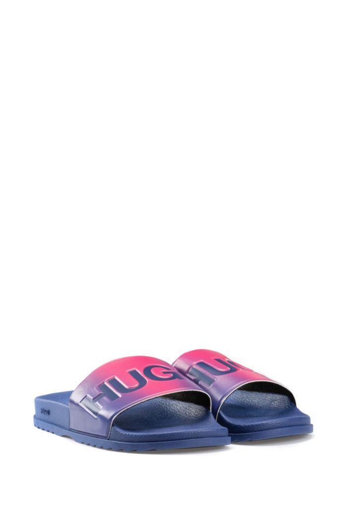 Slides aus Gummi mit Farbverlauf und Logo-Details