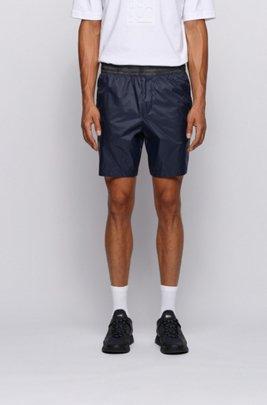 Regular-Fit Shorts aus leichtem Funktionsmaterial mit tonalen Logo-Einsatz, Dunkelblau