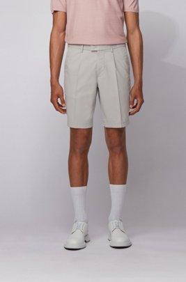 Shorts slim fit de mezcla de algodón con pinzas delanteras, Gris claro