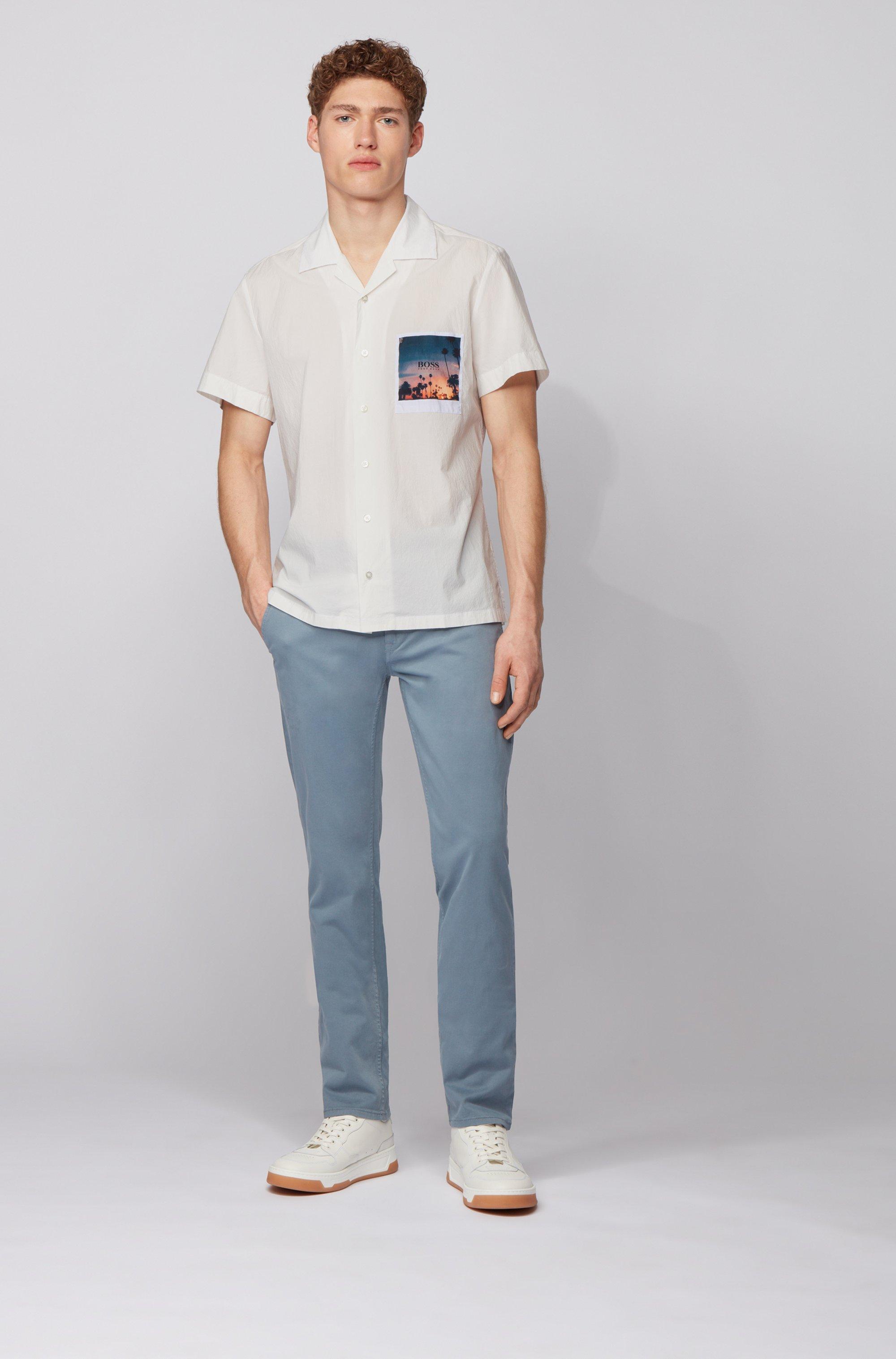 Camicia regular fit in cotone elasticizzato con tasca con stampa fotografica
