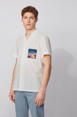 Camicia regular fit in cotone elasticizzato con tasca con stampa fotografica, Bianco