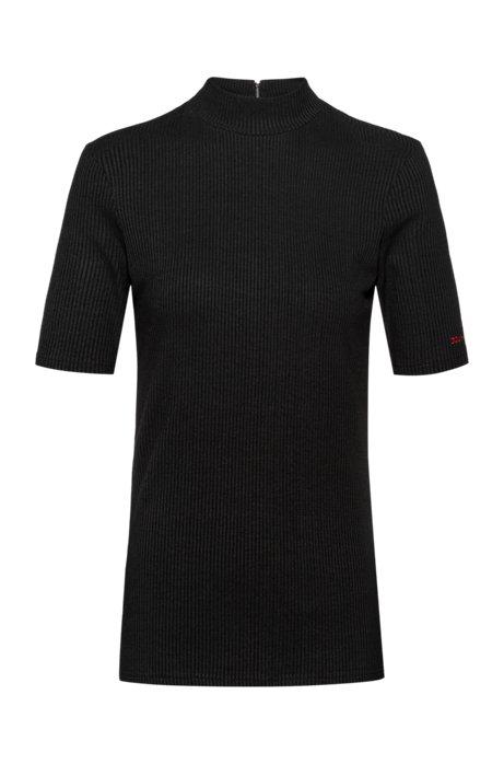 Maglia slim fit in jersey elasticizzato a coste con collo a lupetto, Nero