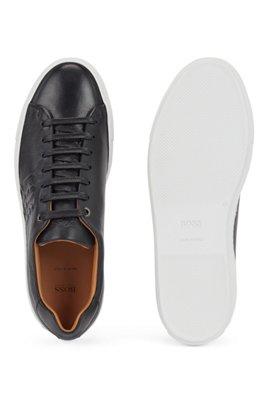 In Italië vervaardigde sneakers van kalfsleer met monogramdetail, Zwart
