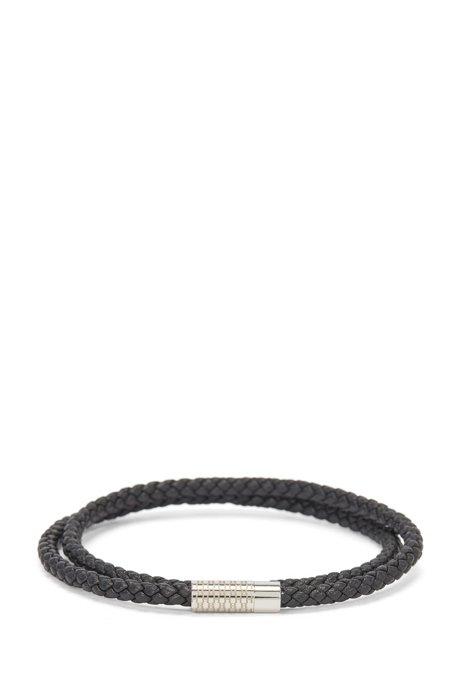 Doppelt gewickeltes Armband aus geflochtenem Leder mit Monogramm-Verschluss, Schwarz
