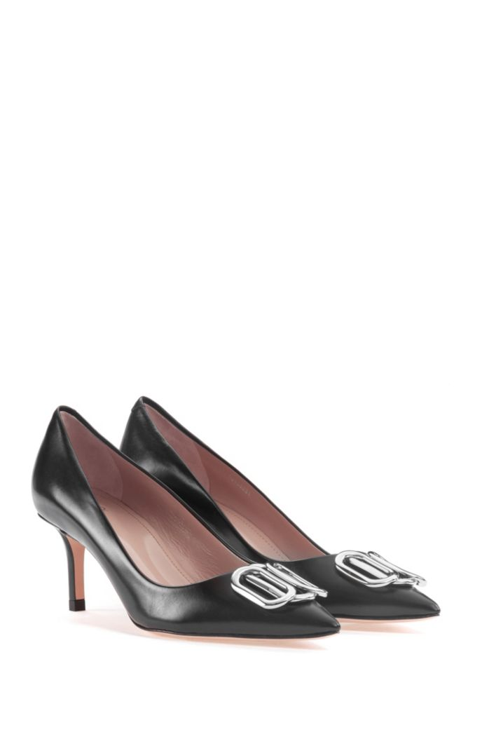 Italian-made pumps in calf leather with signature hardware