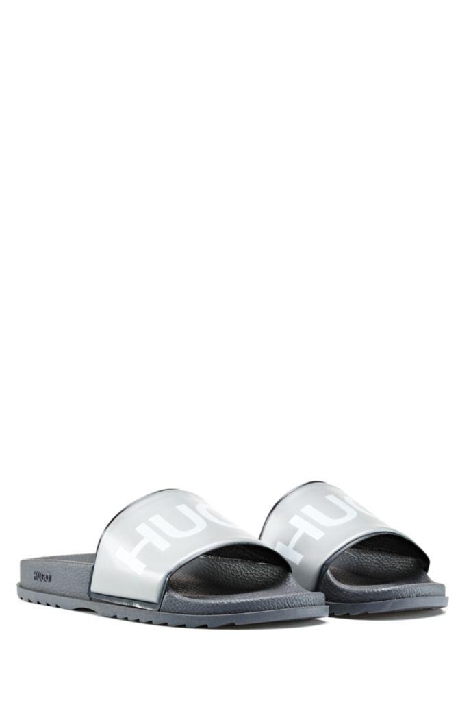 Slides mit Logo-Print und konturiertem Fußbett