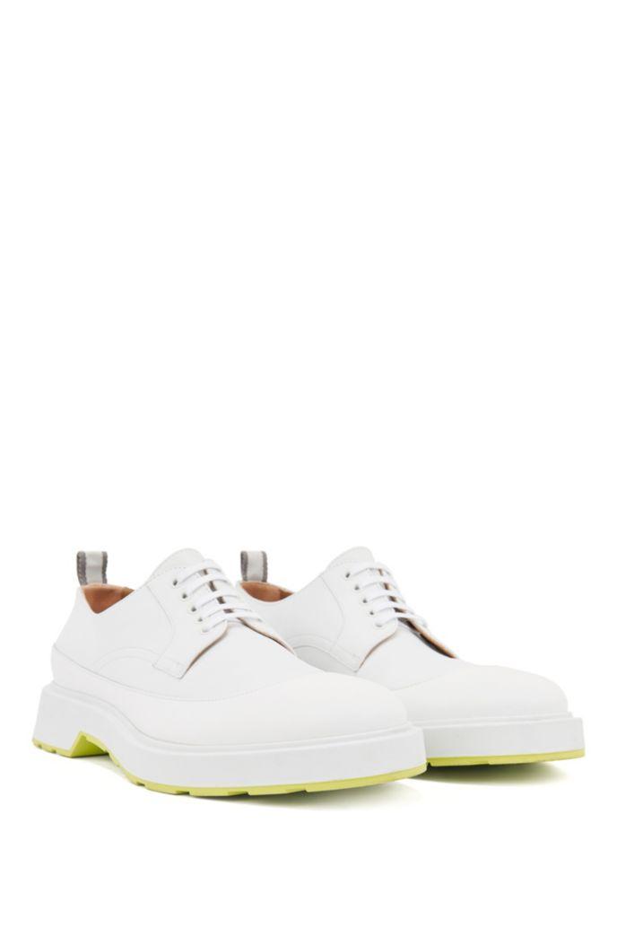 Chaussures derby à semelle épaisse avec tige en cuir gommé