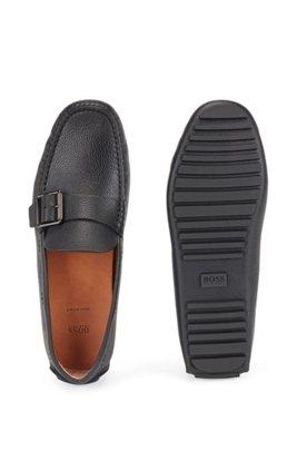 Mokassins aus genarbtem Leder mit Schließe am Riemen, Schwarz