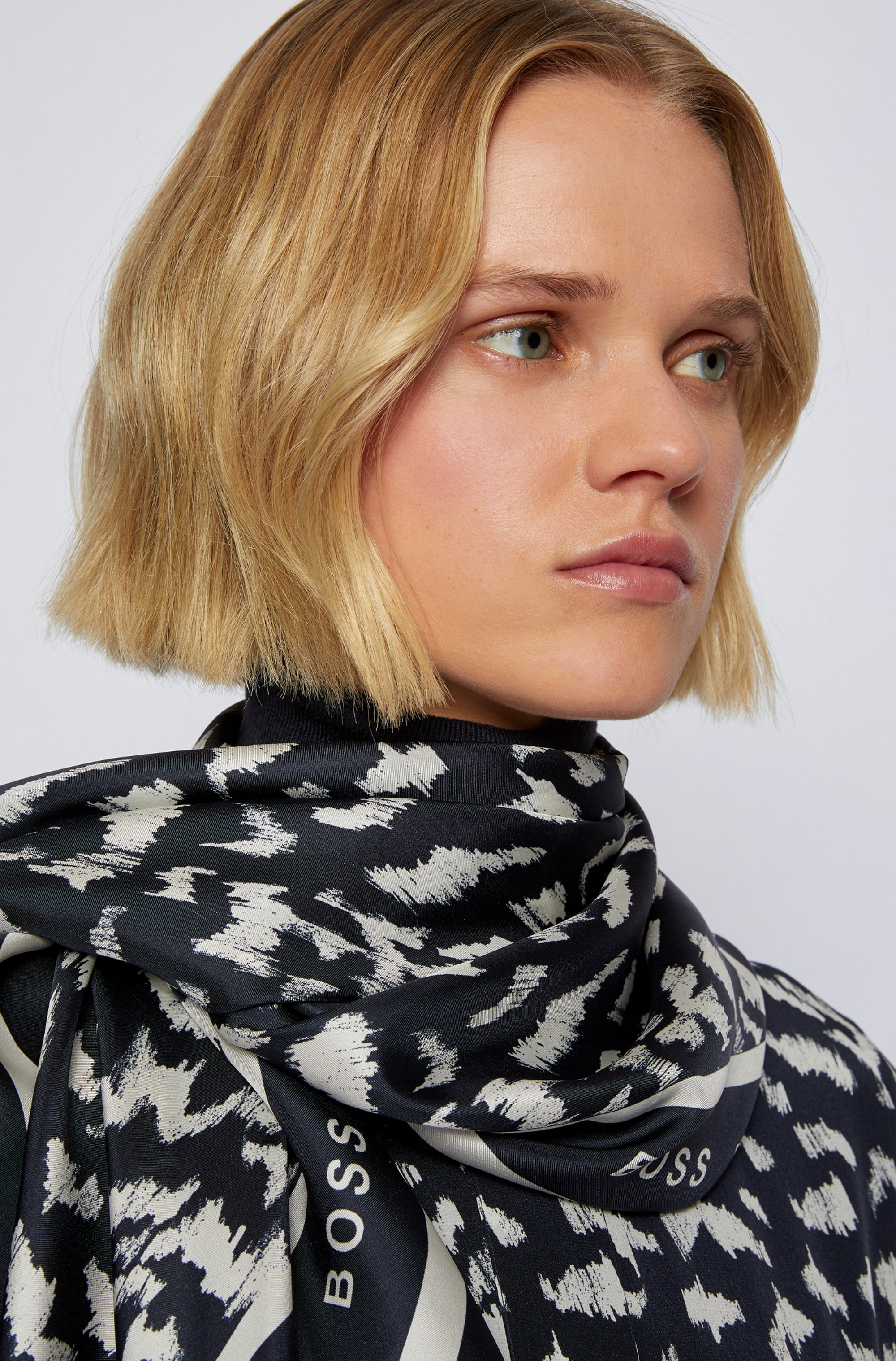 Square scarf in pure silk with collection print