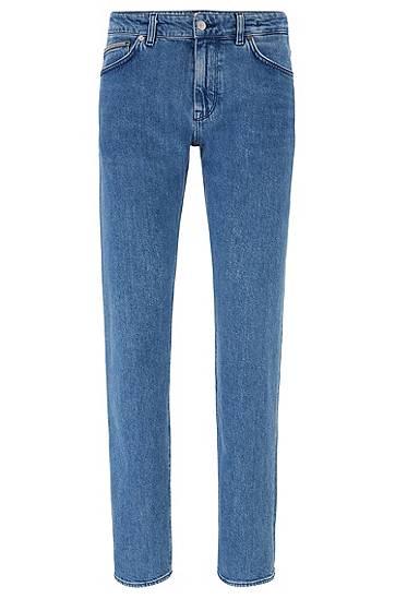 Artikel klicken und genauer betrachten! - Elegante BOSS Jeans mit mittlerer Bundhöhe und geradem Beinverlauf für eine legere Silhouette. Die Herren-Hose aus italienischer Stretch-Baumwolle verspricht optimalen Tragekomfort. Ein Stone-washed-Treatment verleiht dem Style einen Vintage-Look. Metall-Details, das Five-Pocket-Design und ein BOSS Aufnäher hinten am Bund runden die authentische Jeans ab. | im Online Shop kaufen