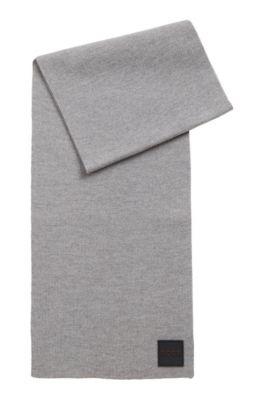 Gerippter Schal mit gummiertem Logo-Aufnäher, Grau