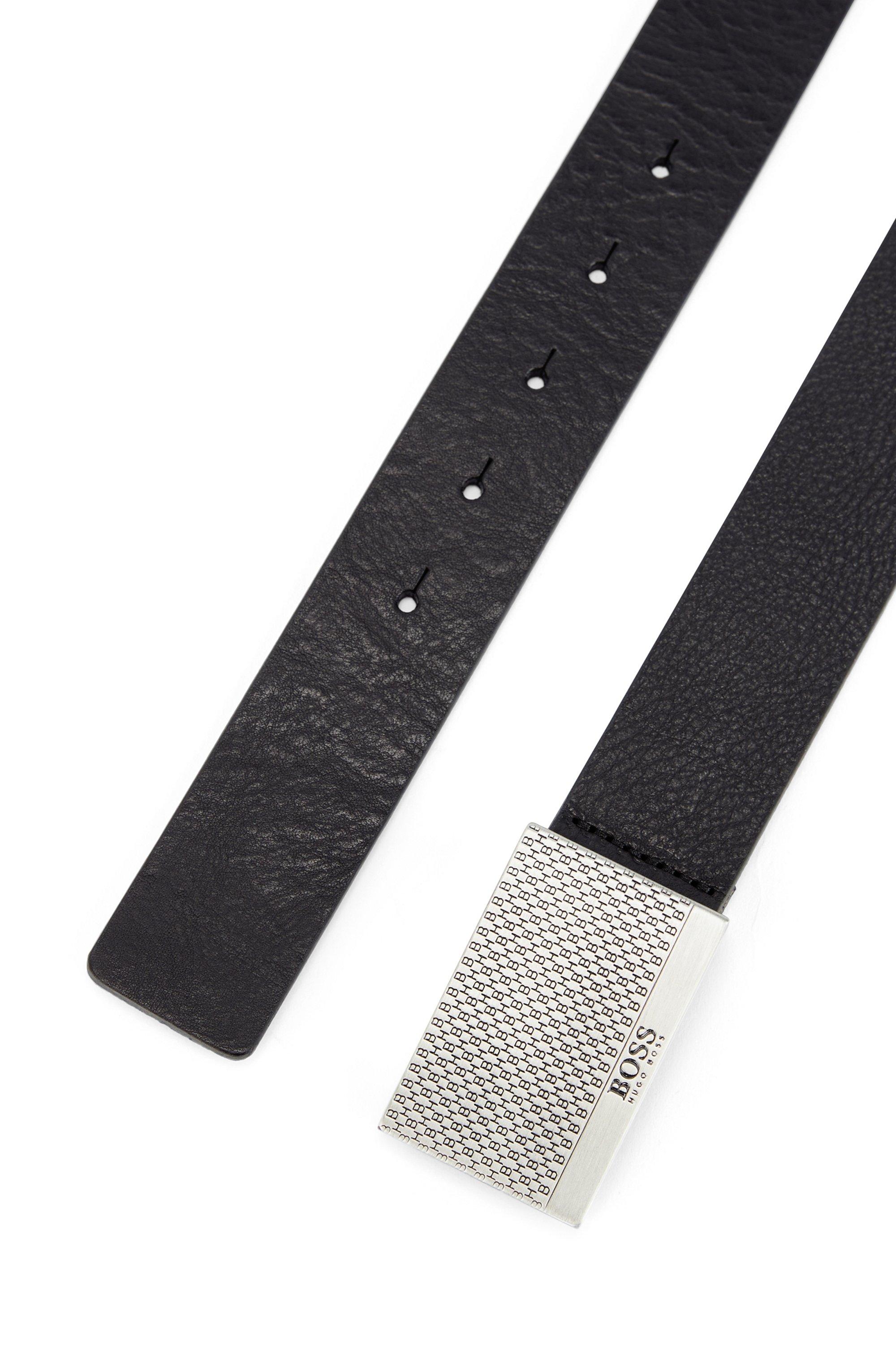 Gegerbter Ledergürtel mit Monogramm-Prägung auf der Koppelschließe