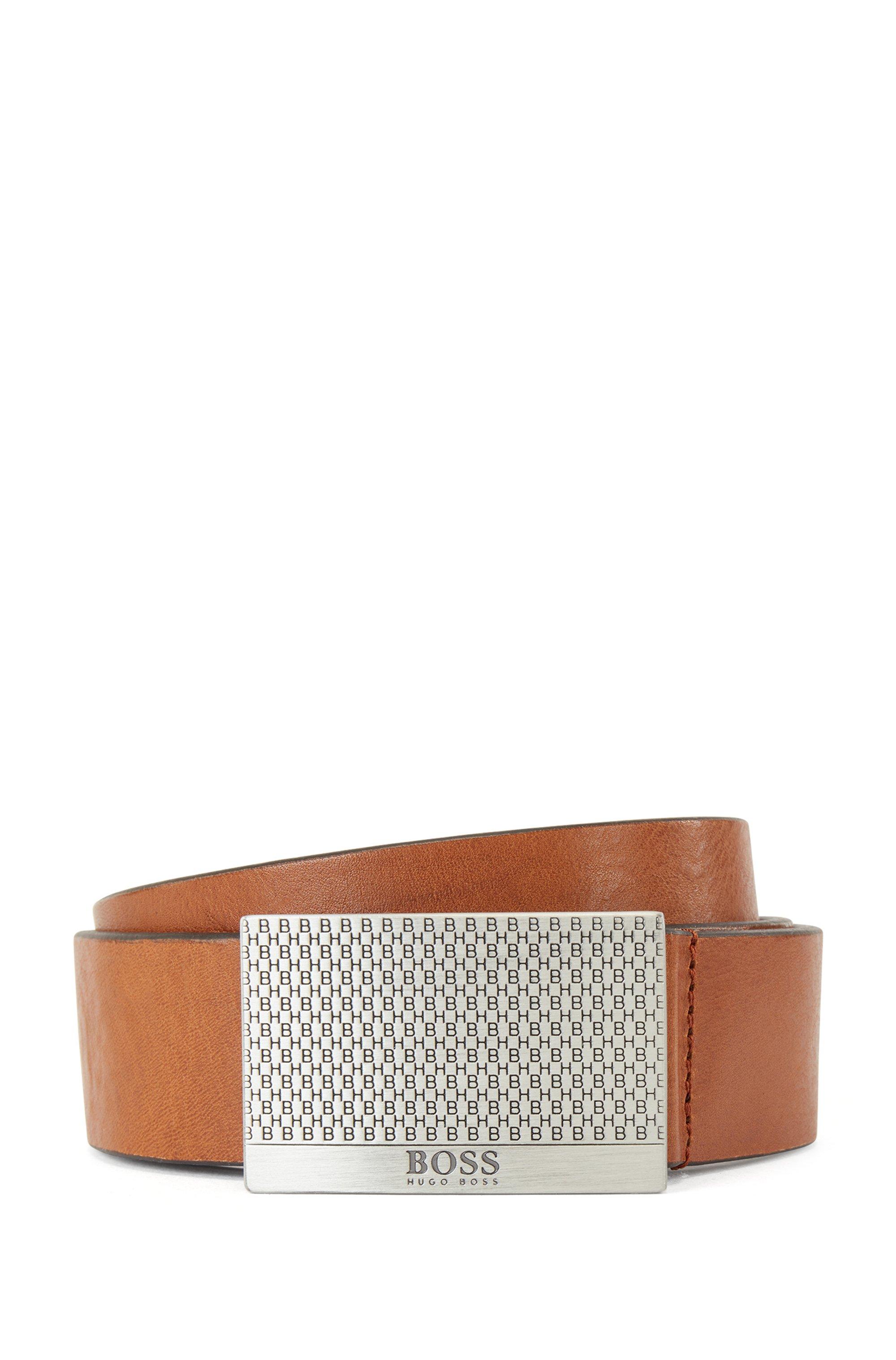 Gegerbter Ledergürtel mit Monogramm-Prägung auf der Koppelschließe, Braun