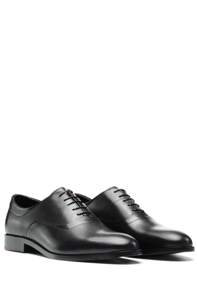 Oxford shoes in polished leather with signature details