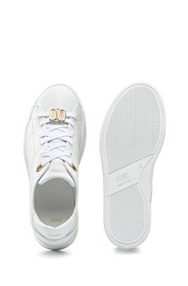 Baskets basses en cuir italien avec garnitures en métal emblématiques, Blanc