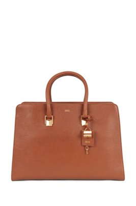 Tote bag in saffiano leather with pyramid hardware, Brown