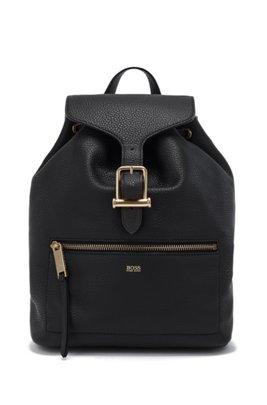 Rucksack aus genarbtem Leder mit Tunnelzug und charakteristischen Metall-Details, Schwarz