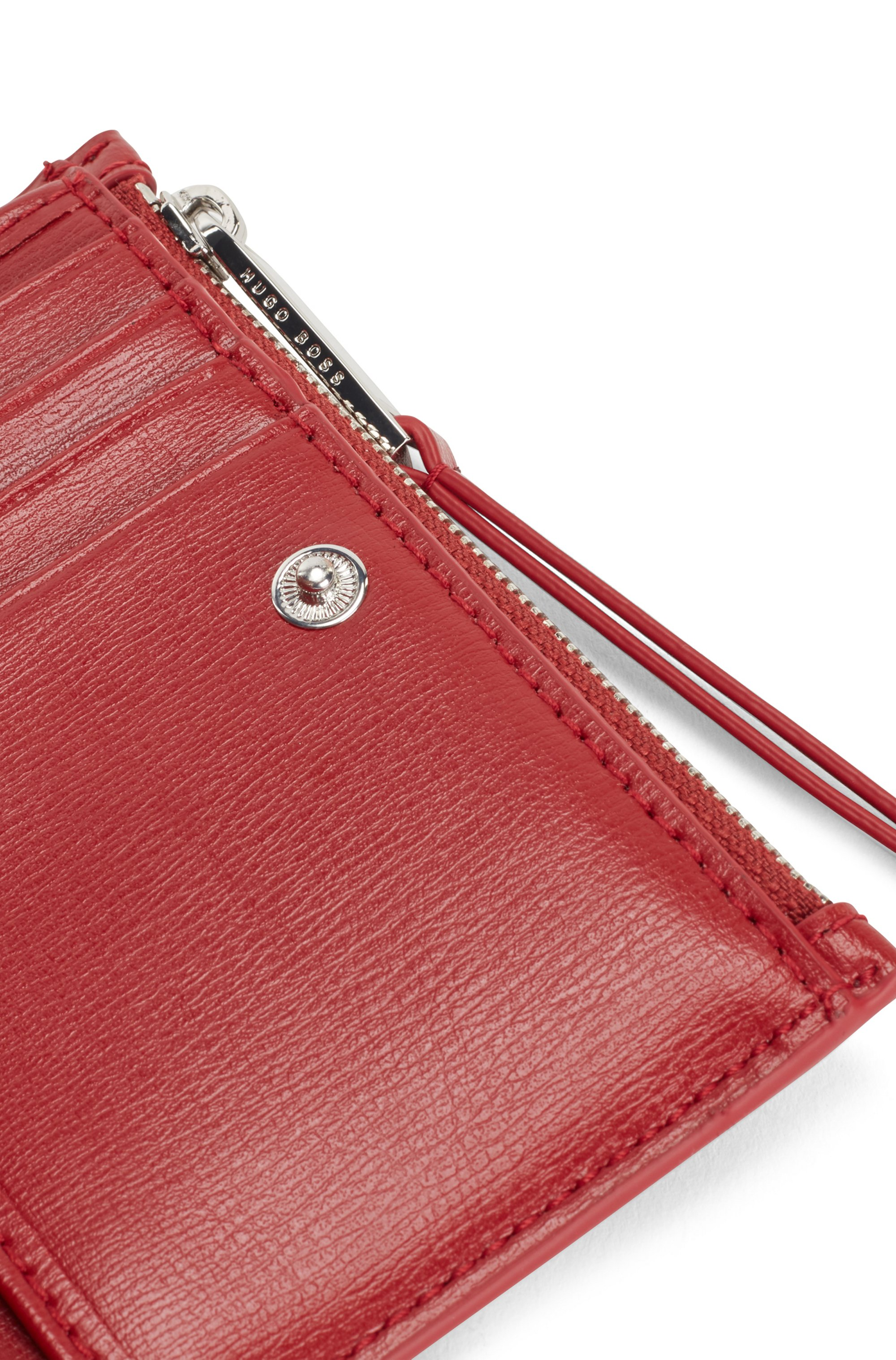 Snap-close wallet in leather with pyramid-shaped hardware