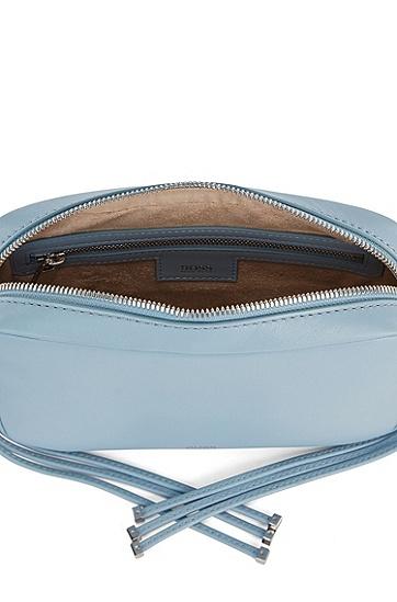 搭配金属端肩带的纳帕革斜挎包,  450_浅蓝色