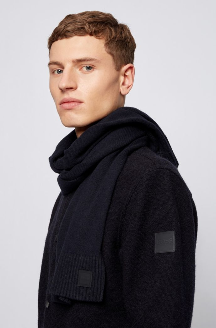 Knitted scarf with two-tone ribbed hem
