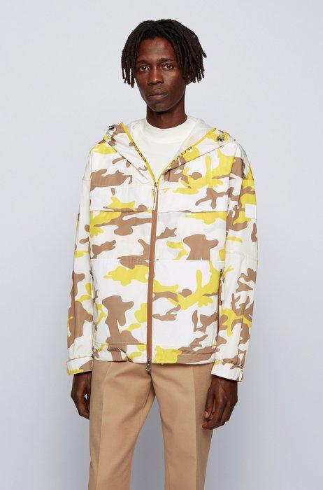 Windbreaker mit Camouflage-Print und Mesh-Einsatz, Gelb gemustert