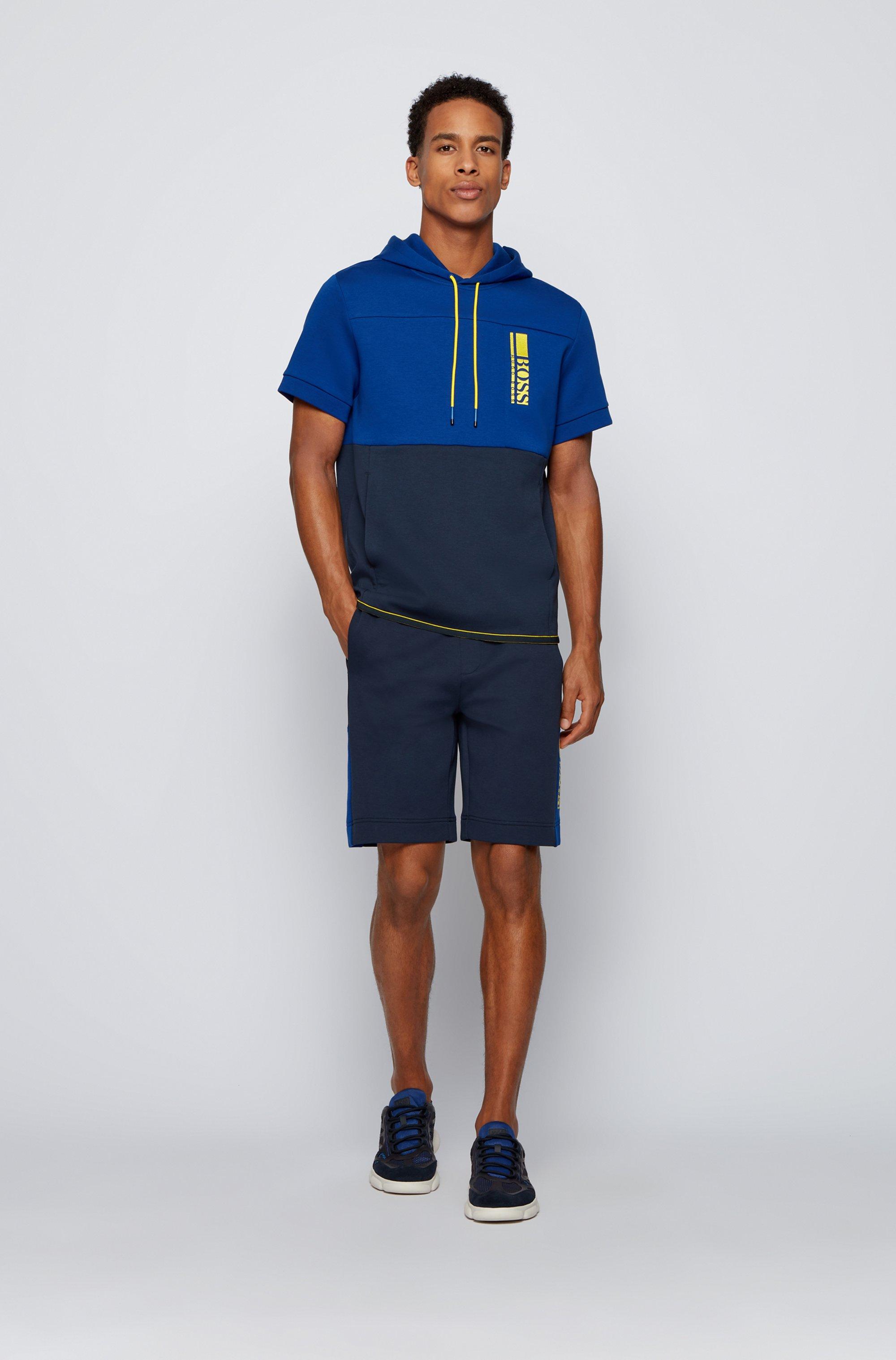 Sweat à capuche et manches courtes avec logo color block brodé