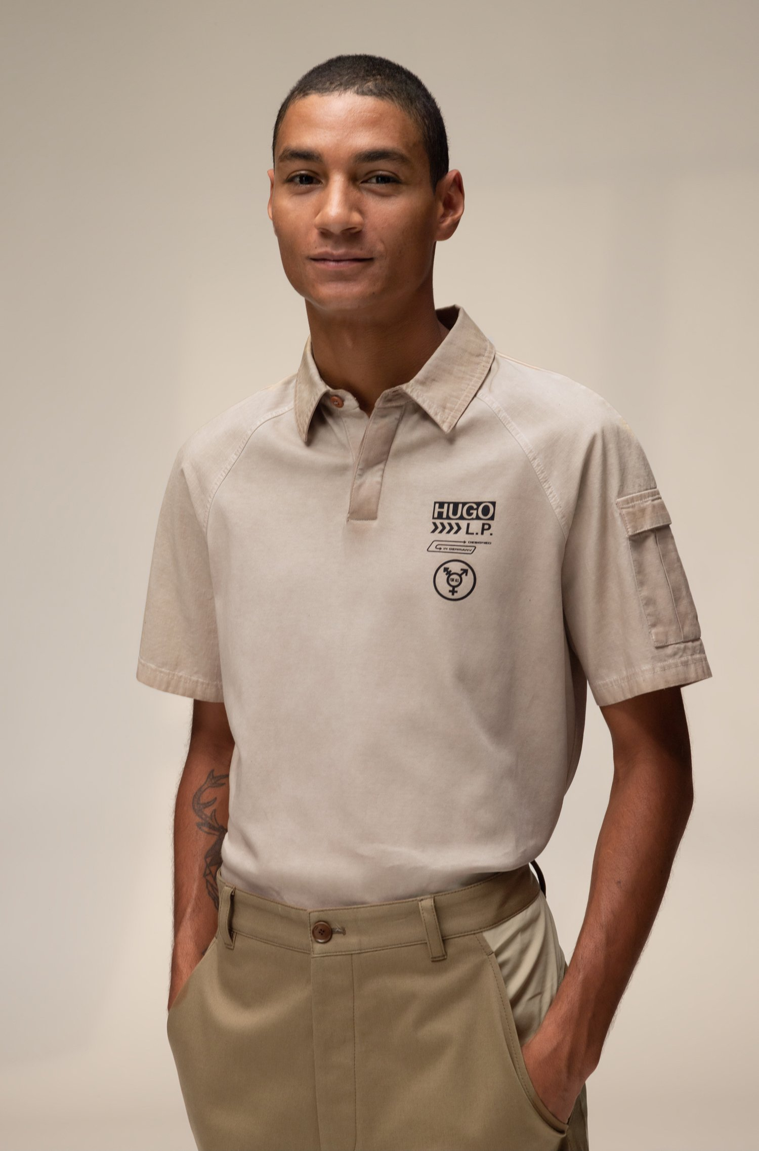Unisex polo shirt in cotton with chevron-print logo, Beige