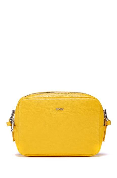 Umhängetasche aus genarbtem Leder mit ovalen Metalldetails, Gelb