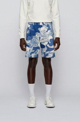 Short en coton stretch Regular Fit orné d'un imprimé de saison, Bleu à motif
