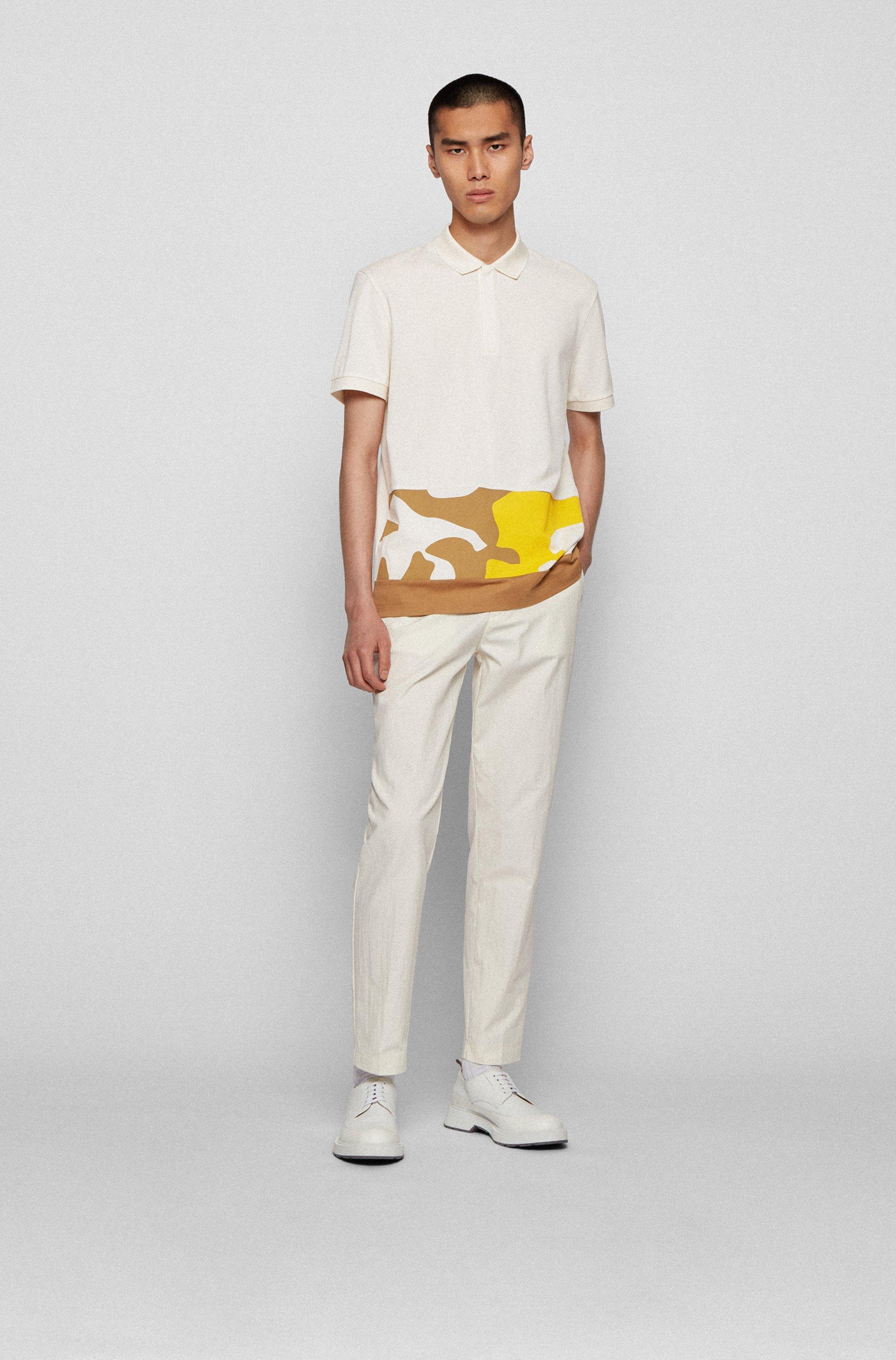 Polo en coton avec empiècement à imprimé camouflage